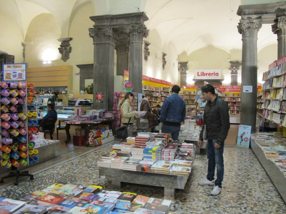 The interior of Libreria Edison in Lucca, located on Via Roma angolo via Cenami.