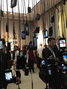 An installation of mobile phones reports the news in real time